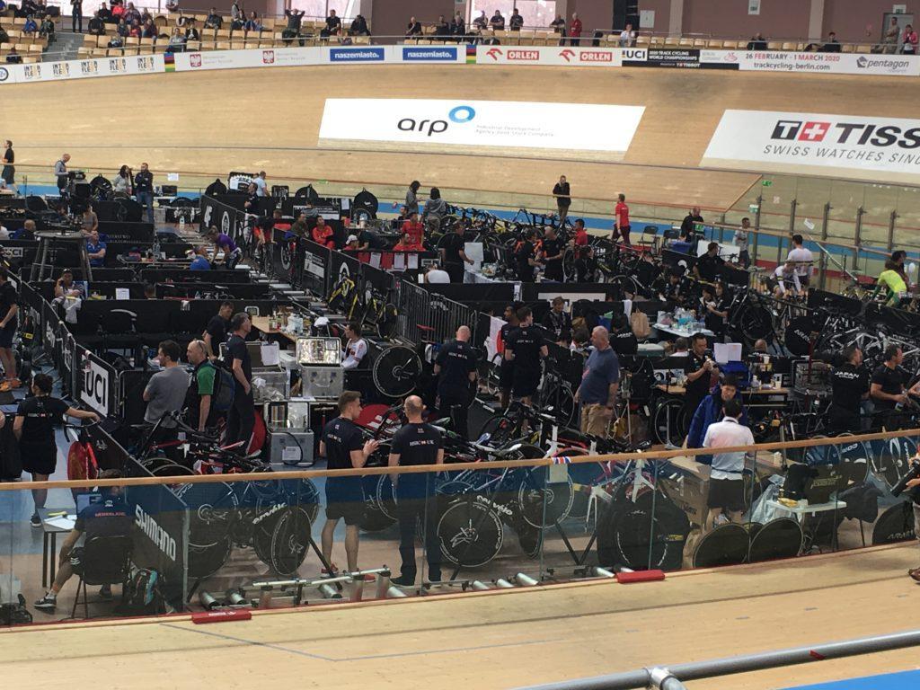 Śródtorze podczas zawodów pełne ludzi i rowerów