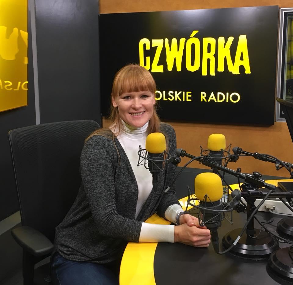kobieta przed mikrofonem w studiu